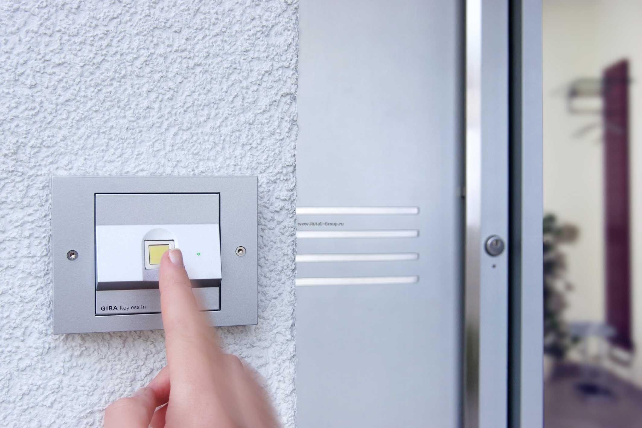 Температурный сканер отпечатков пальцев установленный на стене