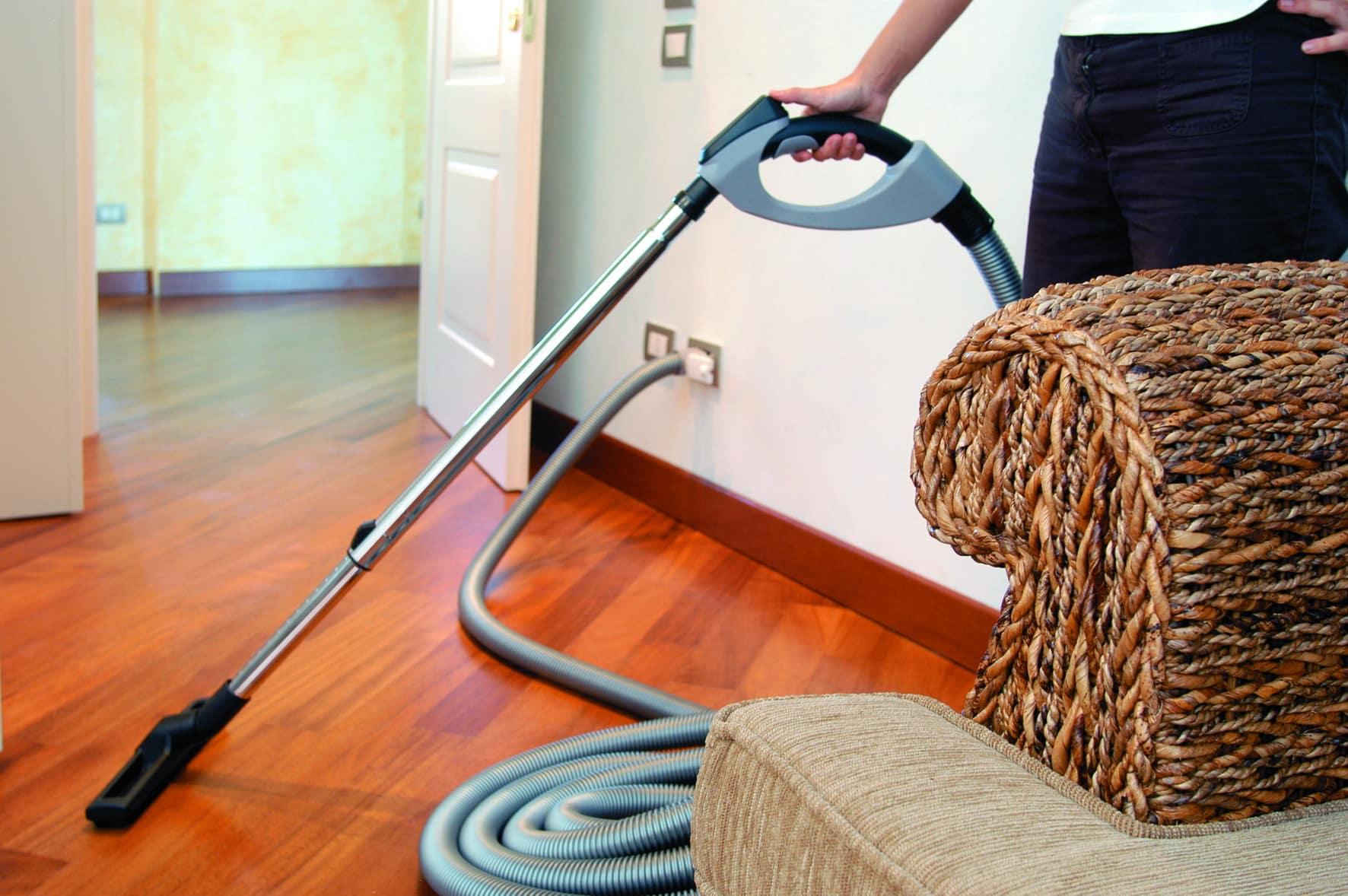 Уборка с помощью встроенного пылесоса