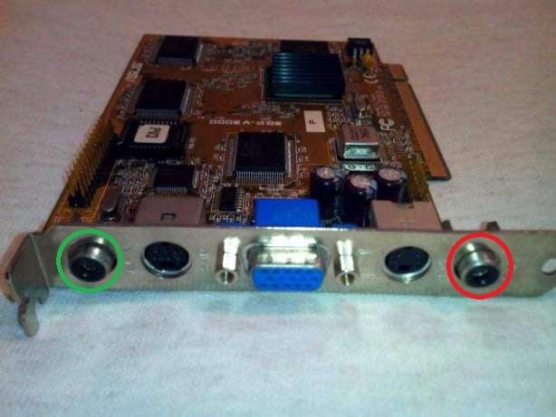 Видеокарта модель ASUS 3DP-V3000 с видеовходом (Кр.) и видеовыходом (Зел.)