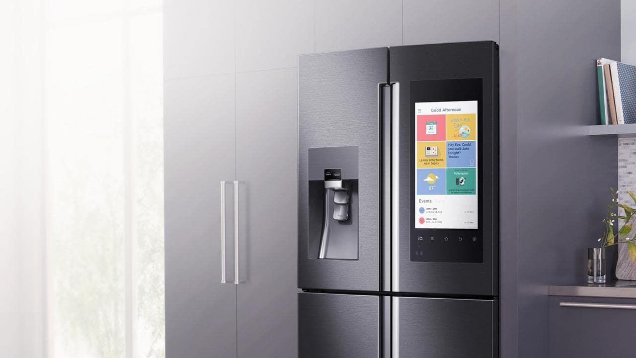 Встроенный умный холодильник с большой панелью управления