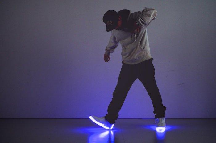 Светящаяся умная обувь для танцев